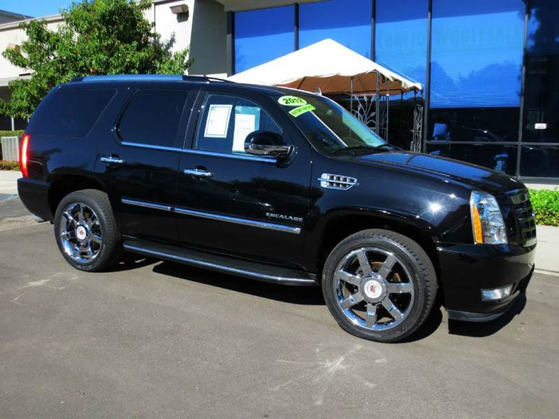 2012 CADILLAC ESCALADE LUXURY 4DR SUV black nicely equipped with  luxury pkg  bose premium sou