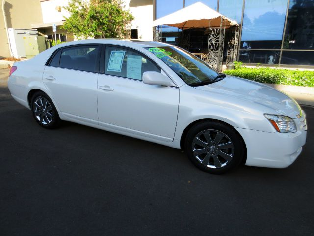 2005 TOYOTA AVALON XLS 4DR SEDAN white need a full-size sedan with plenty of room power luxury