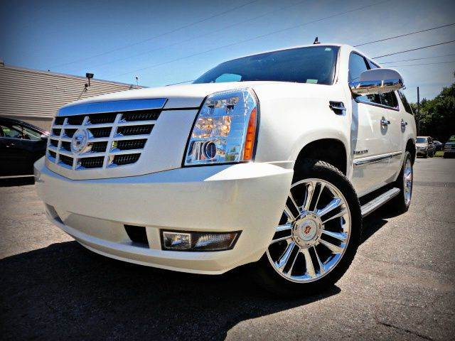 2007 CADILLAC ESCALADE LUXURY AWD white diamond metallic this luxury 2007 cadillac escalade has it