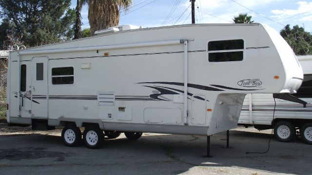 2002 R - VISION TRAIL - BAY 30 5TH WHEEL CAMPER white 2002 trail - bay by r-vision 5th wheel camp