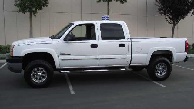 2004 CHEVROLET SILVERADO 2500HD LS 4DR CREW CAB RWD SB white super clean in and out   2004 c