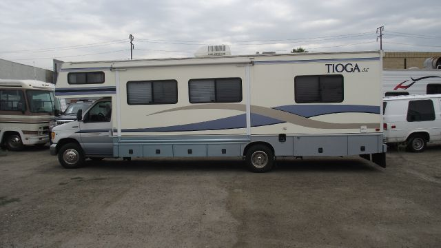 1999 FLEETWOOD TIOGA SL E-SUPERDUTY white sleeps 6 with room to spare   seats 9 with room to spar