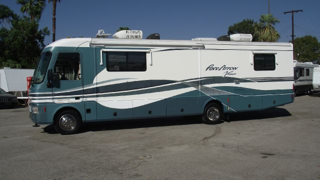 2000 FLEETWOOD PACE ARROW VISION 34C white and green gvwr - 20500 lbs   onan marquis 5500 with