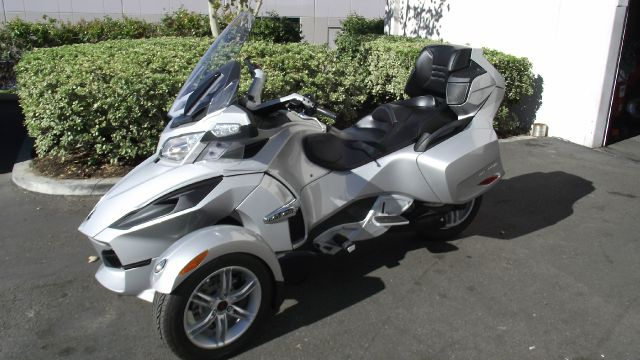 2010 CAN-AM SPYDER RT silver 2010 can-am spyder rt  only 5007 miles  silver and black  like new