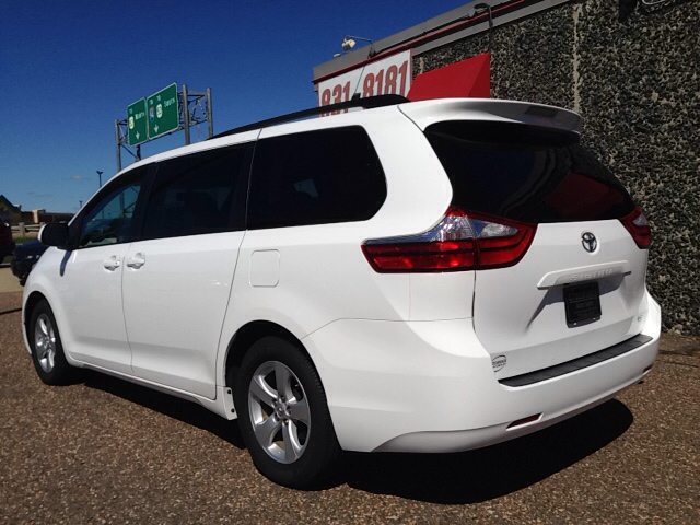 2015 toyota sienna le 7 passenger auto access seat 4dr mini van in eau claire wi crossroads. Black Bedroom Furniture Sets. Home Design Ideas