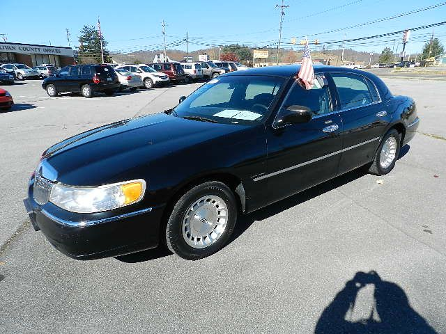 1999 LINCOLN TOWN CAR EXECUTIVE black all power equipment is functioning properly  there are no k