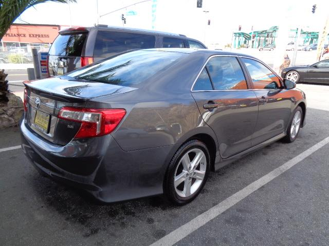 2014 TOYOTA CAMRY SE SEDAN magnetic grey metallic brand new condition factory warranty 19921 mi