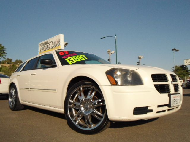 2007 DODGE MAGNUM SE 22 WHEELS white this is a beautiful white dodge magnum se with 22 custom chro