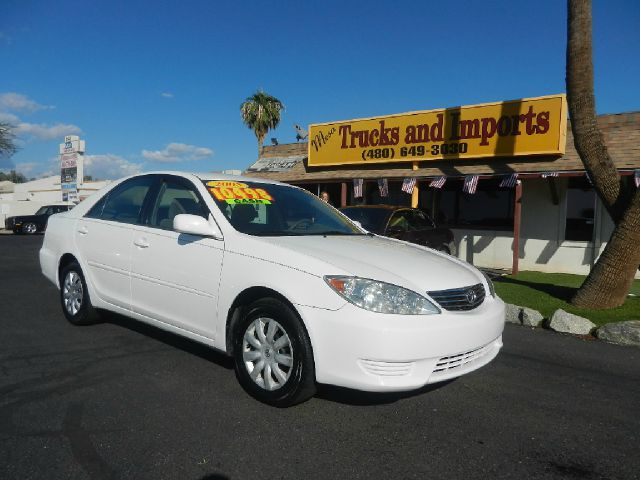 2005 TOYOTA CAMRY LE white only 74k miles 34 mpg carfax shows service records excellent first c