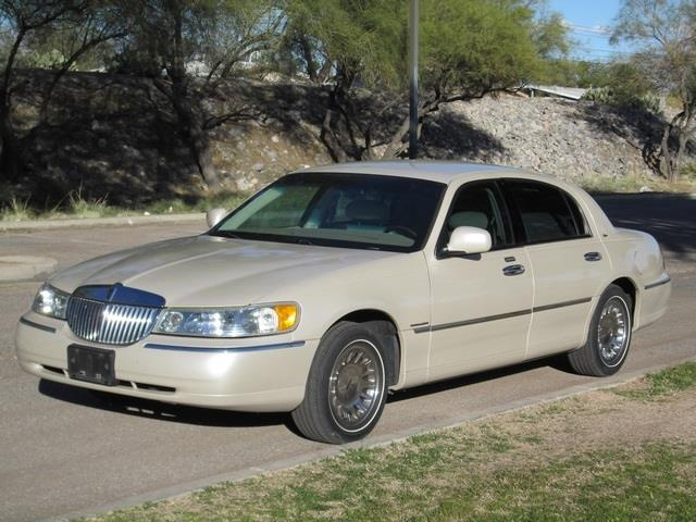 2002 LINCOLN TOWN CAR CARTIER beige at noble motors we realize that you have lots of choices when