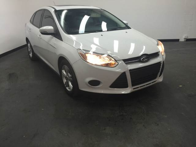 2013 FORD FOCUS SE 4DR SEDAN off white this vehicle is priced 999 below the market average accor