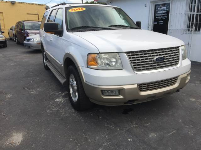 2005 FORD EXPEDITION EDDIE BAUER 4WD 4DR SUV white we all love the expedition its definitely one