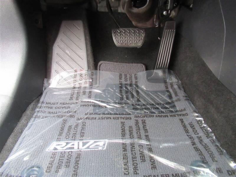 2019 Toyota RAV4 XLE (image 13)