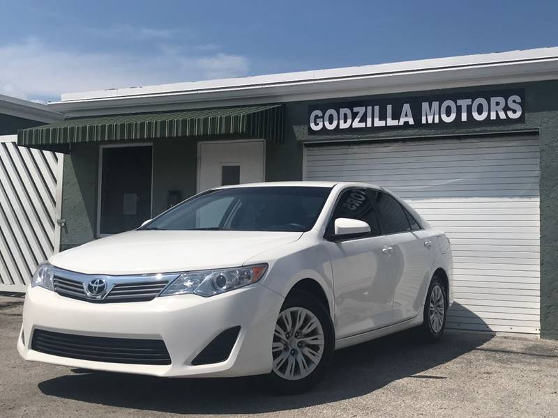2012 TOYOTA CAMRY XLE 4DR SEDAN white this one is ready to drive home and show off   dont wa