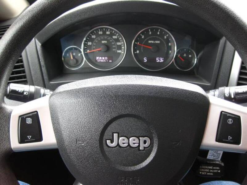2010 Jeep Grand Cherokee Laredo (image 8)
