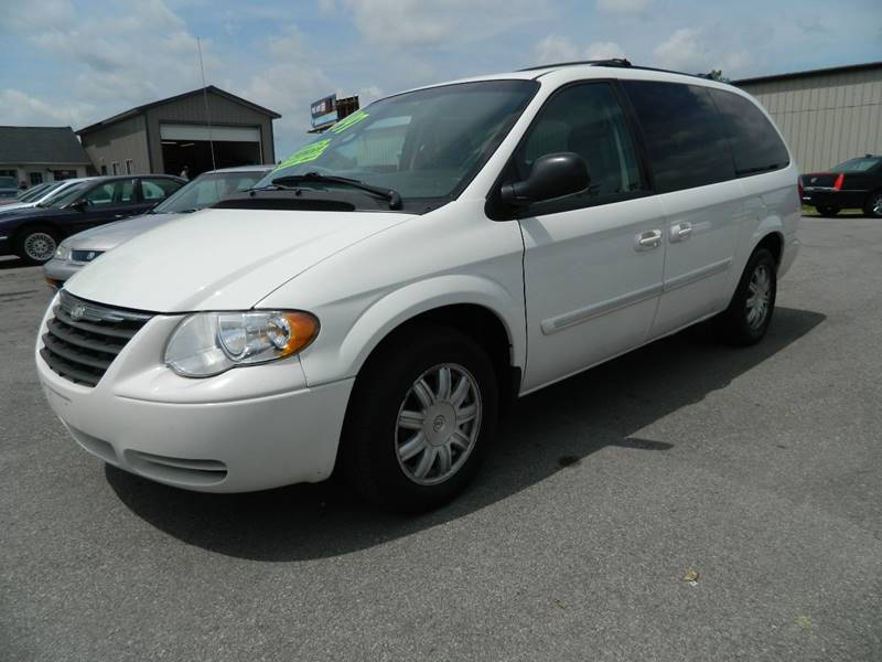 2007 Chrysler Town and Country for sale at Auto House Of Fort Wayne in Fort Wayne IN