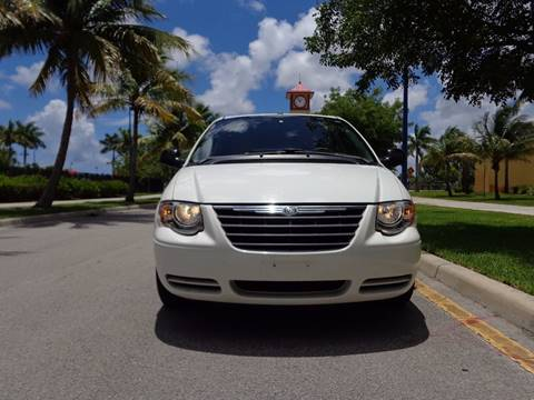 2007 Chrysler Town and Country for sale in Lauderhill, FL