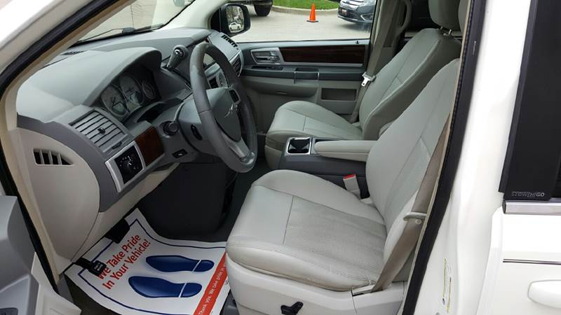 2009 Chrysler Town and Country for sale at AmericAuto in Des Moines IA