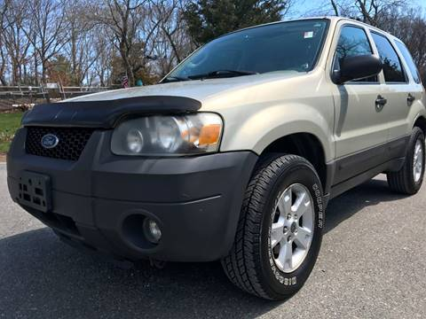 2005 Ford Escape for sale at RIVERSIDE AUTO SALES AND SERVICE in Acushnet MA