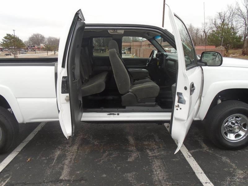 2006 Chevrolet Silverado 2500HD for sale at GLADSTONE AUTO SALES in Kansas City MO