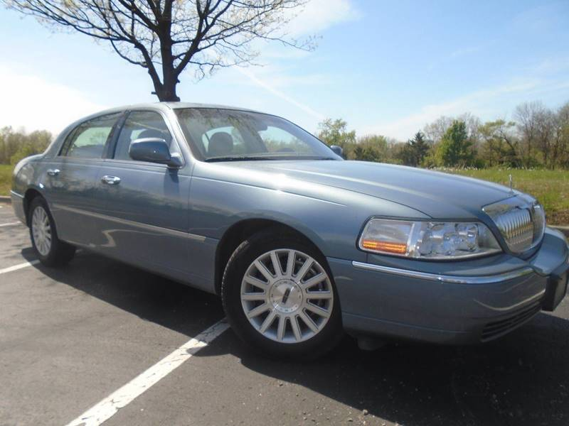 2004 Lincoln Town Car for sale at GLADSTONE AUTO SALES in Kansas City MO