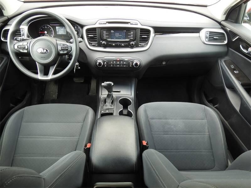 2017 Kia Sorento LX V6 (image 9)
