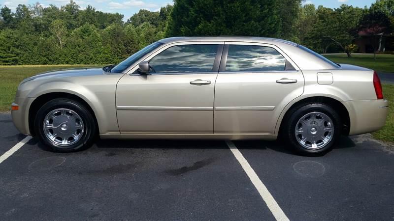 2006 Chrysler 300 for sale at R & D Auto Sales Inc. in Lexington NC