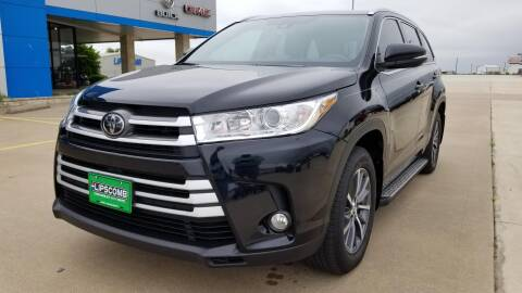 2018 Toyota Highlander XLE for sale at Lipscomb Auto Center in Bowie TX