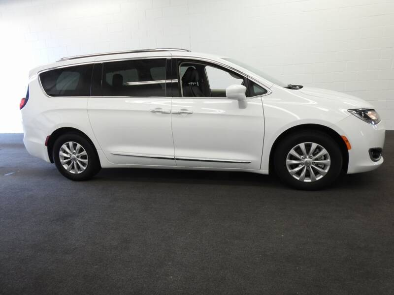 2019 Chrysler Pacifica Touring L (image 3)