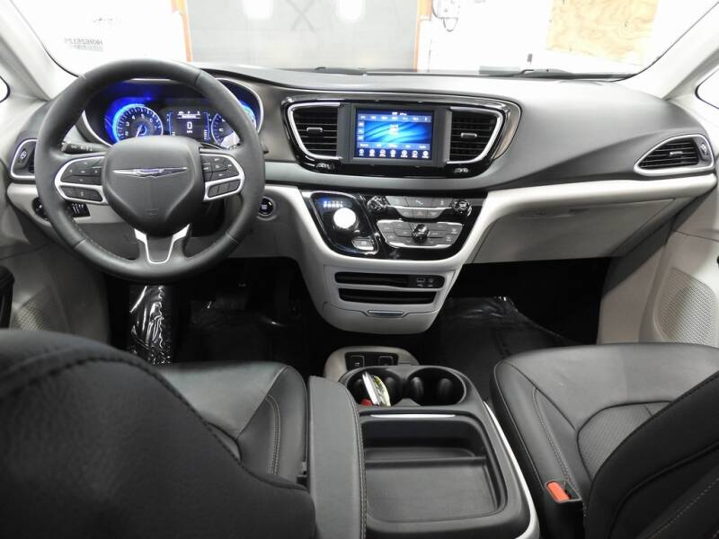 2019 Chrysler Pacifica Touring L (image 14)