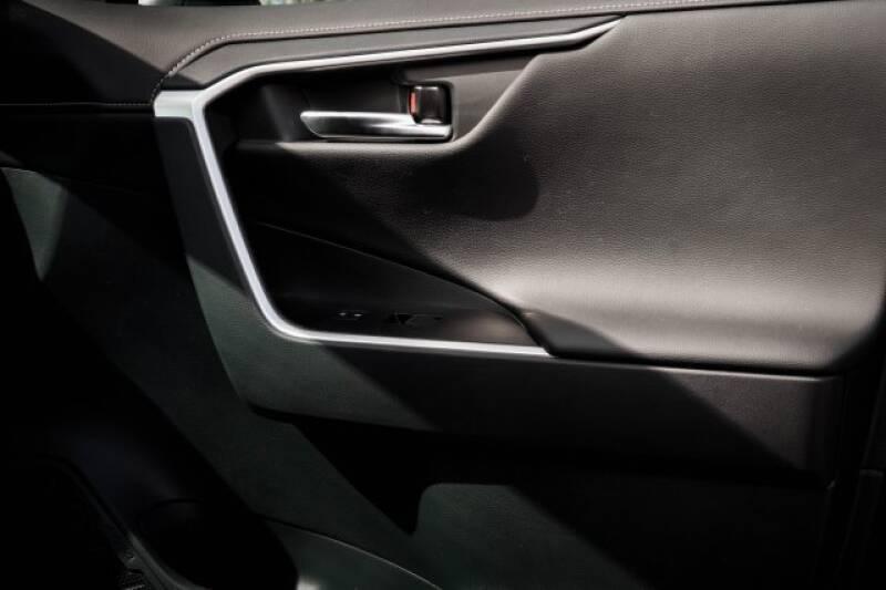 2020 Toyota RAV4 Limited (image 9)