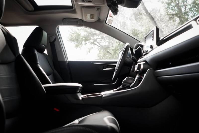 2020 Toyota RAV4 Limited (image 10)