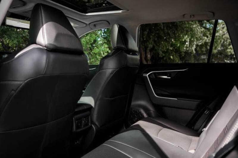 2020 Toyota RAV4 Limited (image 15)