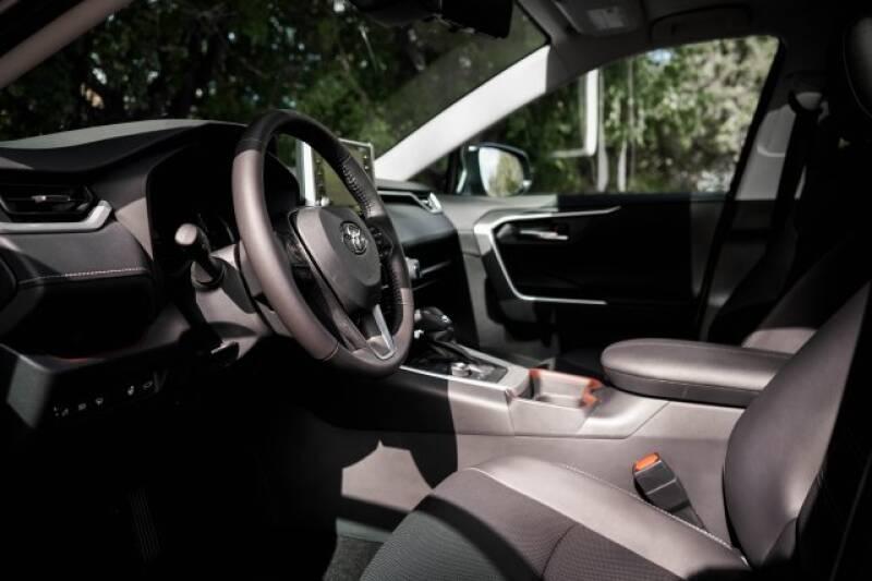 2020 Toyota RAV4 Limited (image 16)