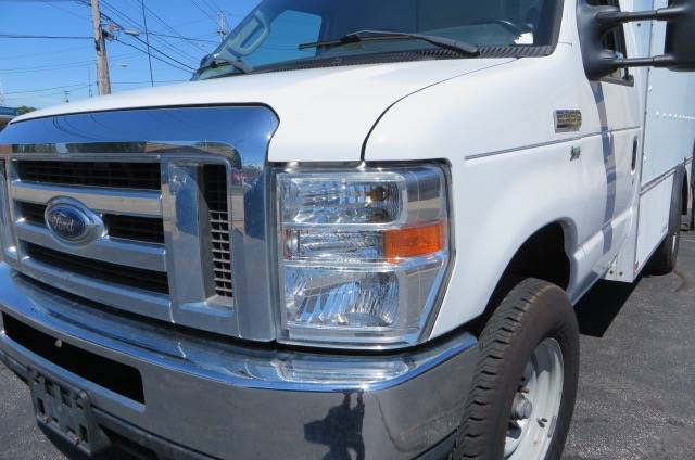 2011 Ford E-350 CUTAWAY BOX TRUCK WITH TOMMY GATE LIFT - Willowick OH