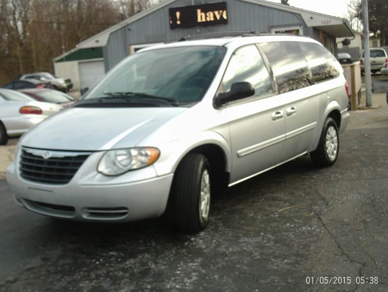 2005 Chrysler Town and Country LX 4dr Extended Mini-Van w/ Front, Rear and Third Row Head Airbags - Mishawaka IN