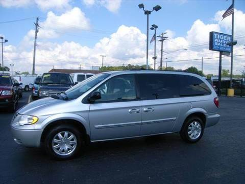 2005 Chrysler Town and Country for sale at TIGER AUTO SALES INC in Redford MI
