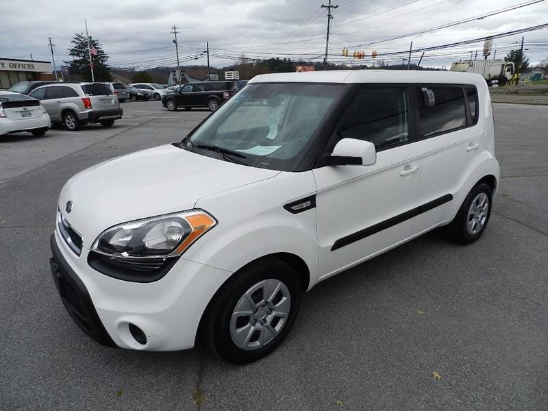 2012 KIA SOUL BASE white the front windshield is in excellent condition  the paint has some slig