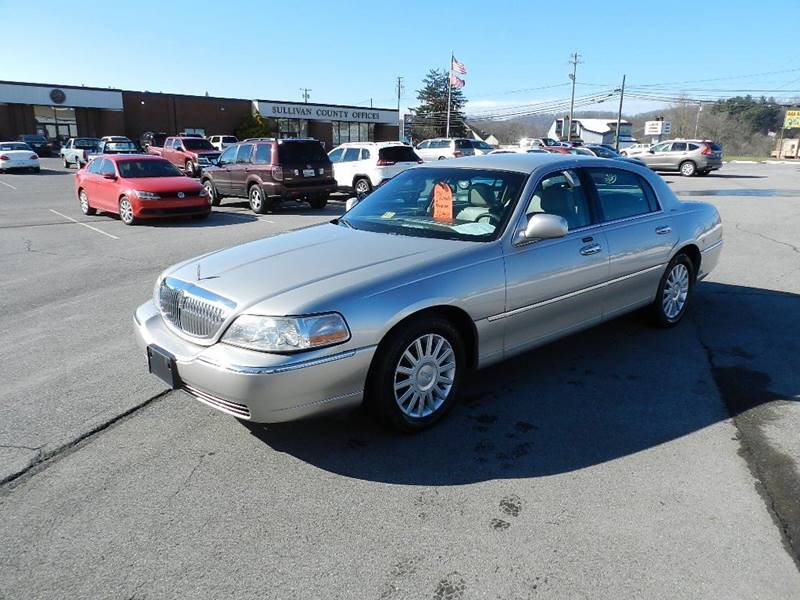 2003 LINCOLN TOWN CAR EXECUTIVE silver the front windshield is in excellent condition  the paint