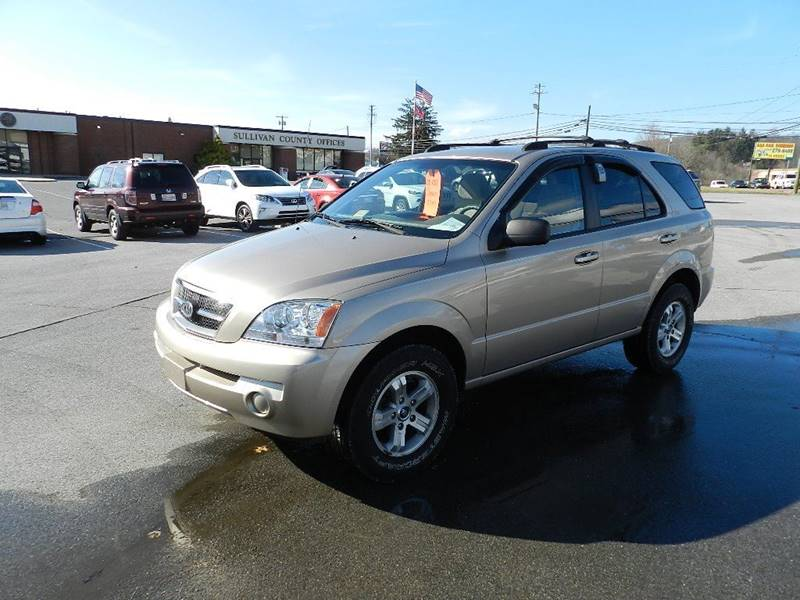 2005 KIA SORENTO LX gold the front windshield is in excellent condition  the paint has some slig