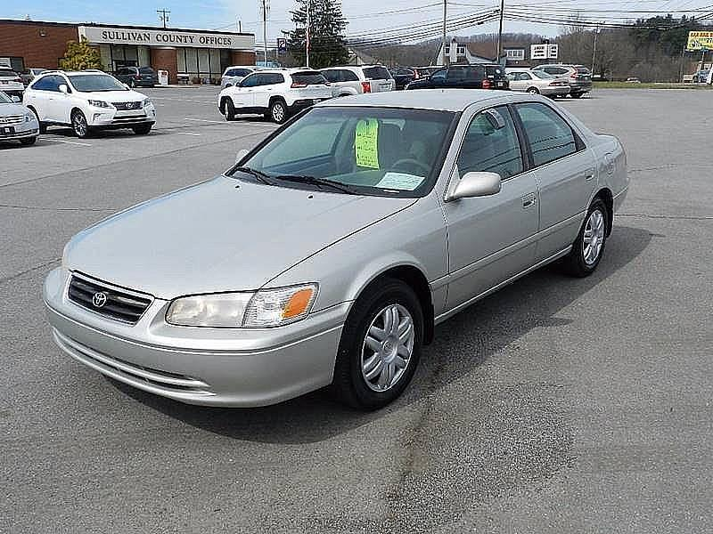 2001 TOYOTA CAMRY CE gray the front windshield is in excellent condition  the paint has some sli