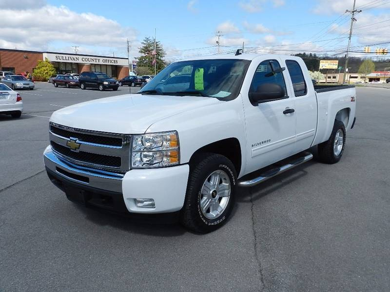 2010 CHEVROLET SILVERADO 1500 LT white the front windshield is in excellent condition  the paint