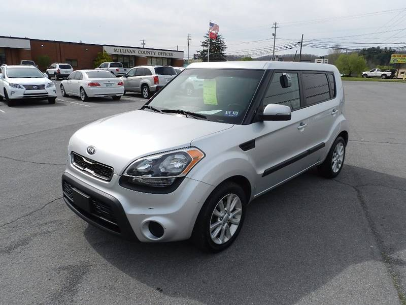2013 KIA SOUL  silver the front windshield is in excellent condition  the paint is in great sha
