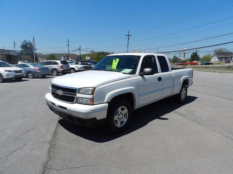 2006 CHEVROLET SILVERADO 1500 LT1 4DR EXTENDED CAB 4WD 65 FT white the front windshield is in e