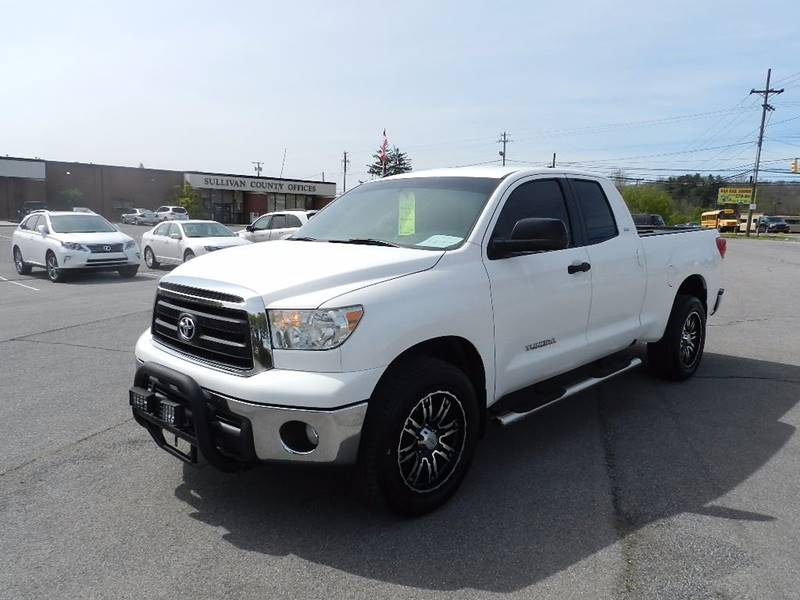 2010 TOYOTA TUNDRA GRADE 4X4 4DR DOUBLE CAB PICKUP white the front windshield is in excellent con