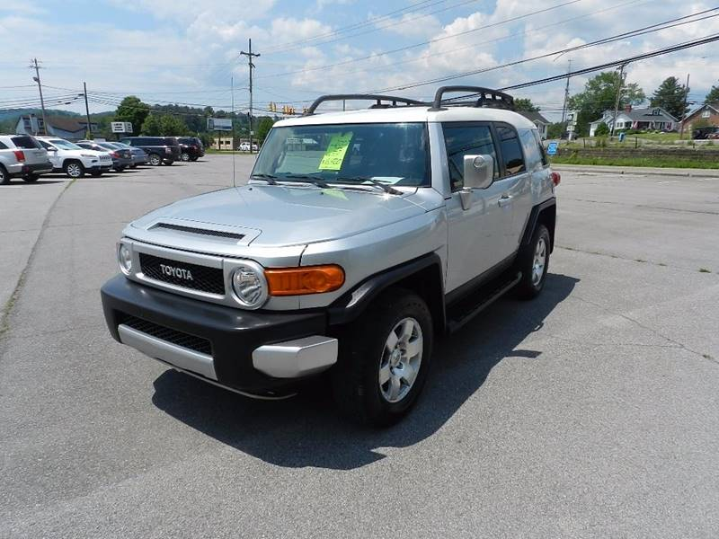 2007 TOYOTA FJ CRUISER BASE 4DR SUV 4WD 4L V6 5A silver the front windshield is in excellent co