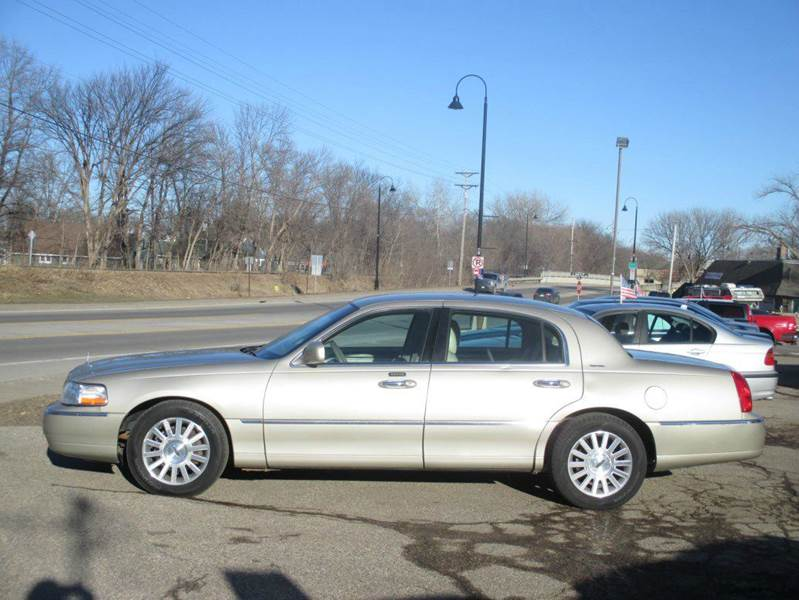 2004 Lincoln Town Car Signature 4dr Sedan - Mound MN