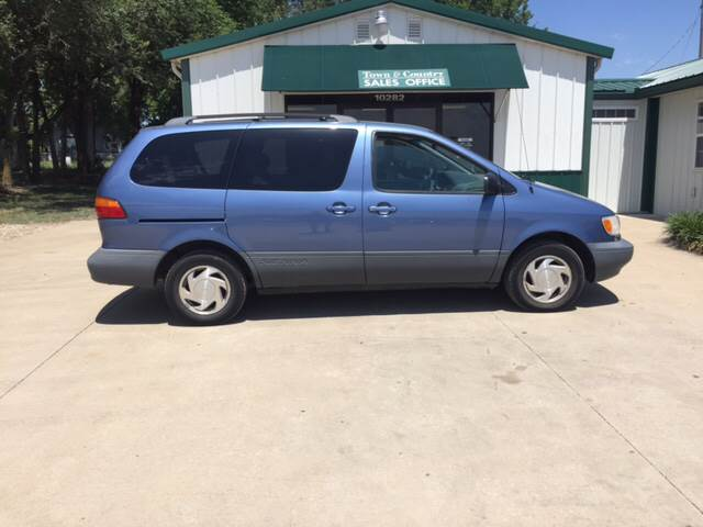 2000 Toyota Sienna for sale at TOWN & COUNTRY MOTORS INC in Meriden KS