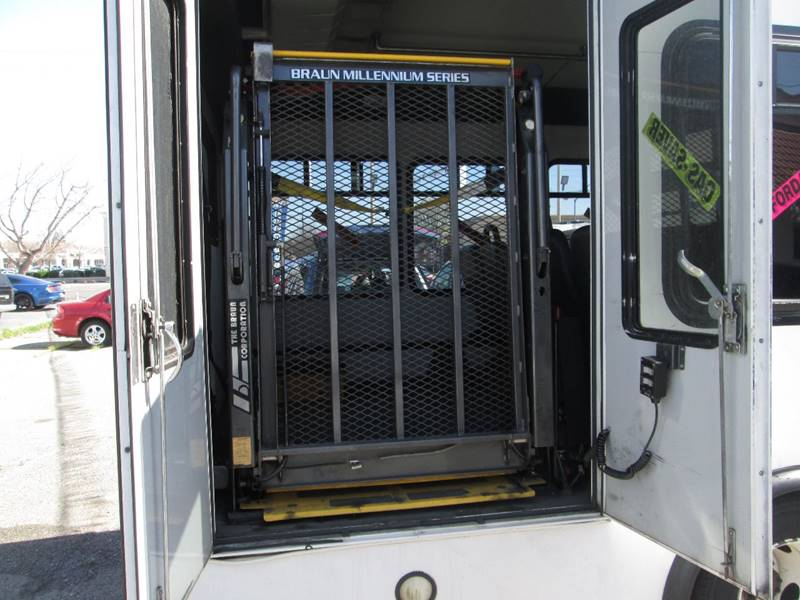 2006 Ford E-Series Chassis E-450 SD (image 11)