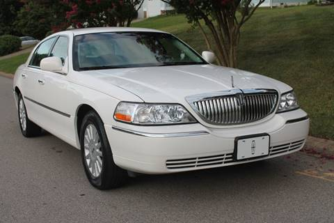 2005 Lincoln Town Car for sale at KEEN AUTOMOTIVE in Clarksville TN